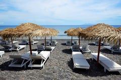 Het strand met zwarte vulkanische stenen Stock Afbeelding