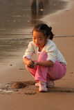 Het strand om in het Chinese meisje te spelen Stock Foto