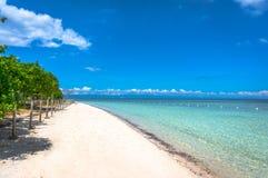 Het strand op de achtergrond van blauwe hemel Stock Foto's