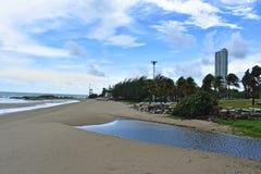 Het strand op de heldere blauwe hemelgolven en wind op vakantie en reis stock foto's