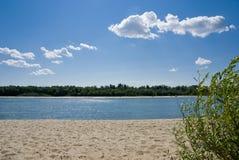 Het strand op de Rivier trekt aan Royalty-vrije Stock Afbeelding