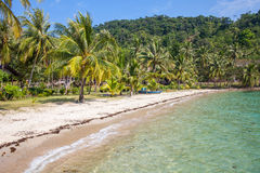 Het strand op een tropisch eiland Royalty-vrije Stock Foto's