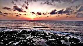 Het strand overzeese van de zonsopgangochtend oceaanhemelzon stock afbeeldingen