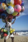 Het Strand Rio de Janeiro Brazil van Ipanema van de balverkoper Stock Afbeelding