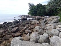 Het strand, het steenstrand, stenen op stranden, het strand met grote stenen Stock Foto