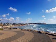 Het strand in Tel Aviv op een de zomerdag stock fotografie