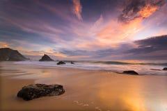 Het strand van Adraga bij zonsondergang Stock Afbeeldingen