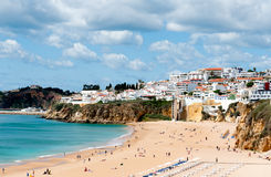 Het strand van Albufeira in Westelijk Portugal royalty-vrije stock foto's