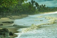Het strand van Axim met mooi landschap en vissende mensen dichtbij stock foto's