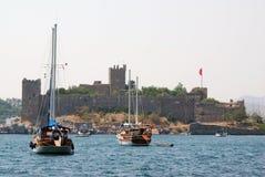 Het strand van Bodrum met oude citadel en boten Stock Afbeeldingen