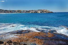 Het Strand van Bondi in Sydney met blauwe oceaan Royalty-vrije Stock Foto's