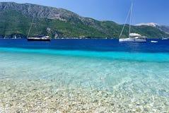 Het strand van boten vooruit Agios Ioannis Stock Afbeelding