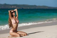 Het Strand van bronstan woman sunbathing at tropical royalty-vrije stock afbeelding