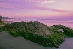 Het strand van Burleighhoofden in de loop van de dag Royalty-vrije Stock Foto