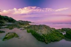 Het strand van Burleighhoofden in de loop van de dag Stock Foto