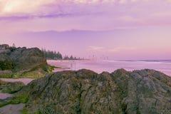 Het strand van Burleighhoofden in de loop van de dag Stock Foto's