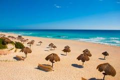 Het strand van Cancunmexico Delfines tropisch in de Caraïben royalty-vrije stock foto