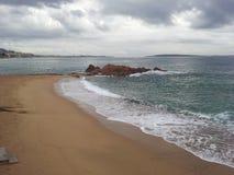 Het strand van Cannes Frankrijk met zand en golven stock fotografie