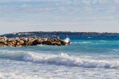 Het strand van Cannes met de Margriet van Ile Heilige en Heilige Honorat in de herfst Royalty-vrije Stock Fotografie
