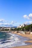 Het strand van Cannes op stormachtige November-dag Stock Foto