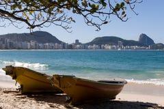 Het strand van Copacabana en suikerbrood stock foto
