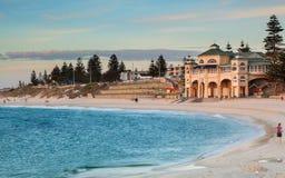 Het Strand van Cottesloe in Perth bij schemer Royalty-vrije Stock Foto's