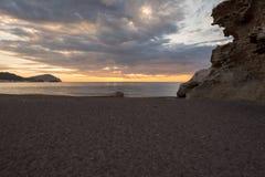 Het strand van de beeldhouwwerken bij dageraad in Almeria Royalty-vrije Stock Foto's