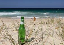Het strand van de bierfles Stock Foto's