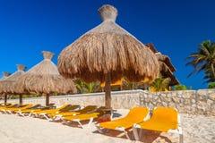 Het strand van de Caraïbische Zee in Playa del Carmen stock foto's