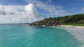 Het strand van de eilanden van Seychellen stock footage