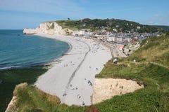 Het strand van de kiezelsteen in de kust van Normandië in Frankrijk Royalty-vrije Stock Foto's