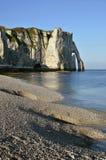 Het strand van de kiezelsteen en klip van Etretat in Frankrijk Royalty-vrije Stock Foto