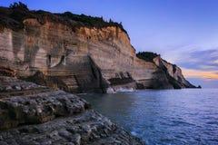 Het strand van de LogasLoggaszonsondergang - Korfu Peroulades stock afbeelding