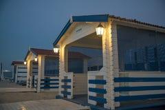 Het strand van de luxetoevlucht met douches Stock Foto