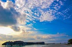 Het strand van de Maldiven bij de middag Stock Foto's