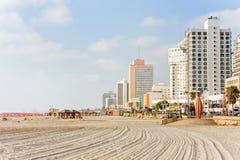 Het strand van de Middellandse Zee met hotels langs dijk tegen blauwe hemelachtergrond Stock Foto