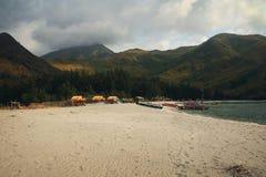 Het Strand van de Nagsasainham tegen Bergen stock afbeeldingen