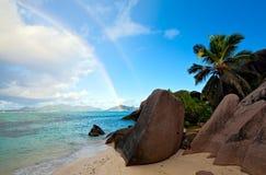 Het strand van de ochtend met dubbele regenboog Stock Afbeeldingen