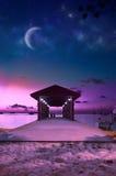 Het strand van de paradijsmaldiven bij roze zonsondergang stock afbeelding