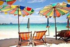 Het strand van de paraplu met blauwe hemel Stock Foto's