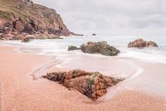 Het strand van de Porthkapel dichtbij porthgawwa Stock Afbeeldingen