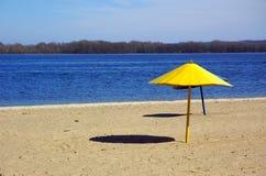 Het strand van de rivier stock afbeelding