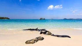 Het strand van de schoonheid in blauwe hemel Stock Afbeeldingen