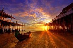 Het strand van de Vissersboot bij dageraad. Stock Afbeelding