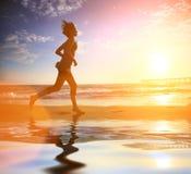Het strand van de vrouw het lopen royalty-vrije stock afbeelding