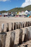 Het strand van de zomerhuizen van de golfbreker royalty-vrije stock afbeelding