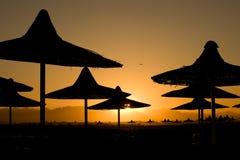 Het strand van de zonsondergang bij de overzeese toevlucht, Stock Foto