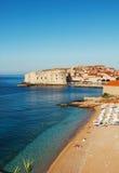 Het strand van Dubrovnik bij zonsopgang stock afbeelding