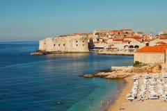 Het strand van Dubrovnik bij zonsopgang stock afbeeldingen