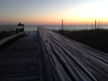 Het Strand van Florida bij Zonsondergang met een houten gang royalty-vrije stock foto's